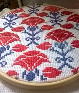 Punto croce fiori rossi dettaglio